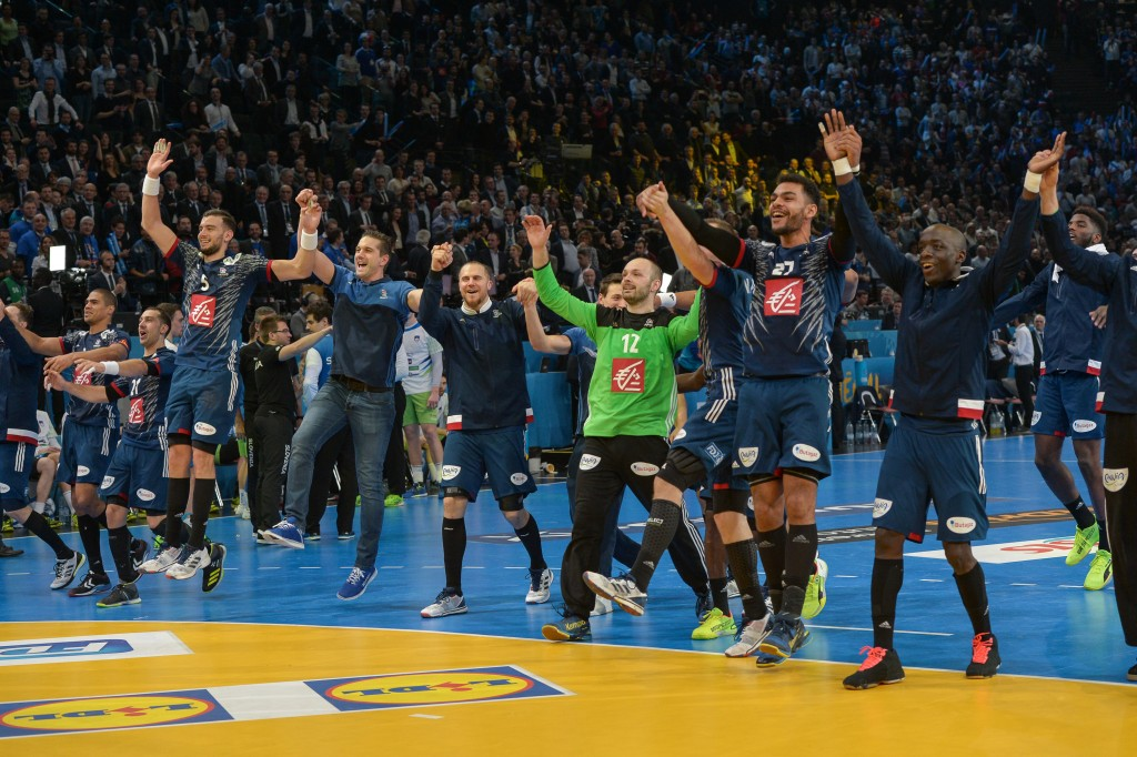 French team in front of the French supporters after their victory. Match of half final of the 25th Men World Handball Championship 2017, between France and Slovenia, the 26th January, 2017, with a victory of French team 31 to 25 for Slovenia, at AccorHotels Arena in Paris. The competition takes place until 29th January, 2017, with 24 teams and will be held on 8 sites: Albertville, Brest, Lille, Metz, Montpellier, Nantes, Paris and Rouen. Paris, FRANCE - 26/01/2017 26.01.2017 Paryz Pilka reczna, Mistrzostwa Swiata Francja 2017 Francja - Slowenia Isa Harsin / Sipa / PressFocus POLAND ONLY!!