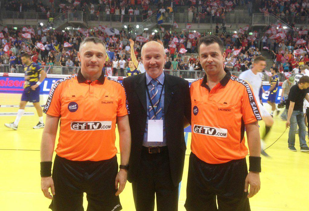 Marek Baranowski (z lewej) oraz Bogdan Lemanowicz (z prawej) w towarzystwie delegata EHF przed jednym z meczów w europejskich pucharach
