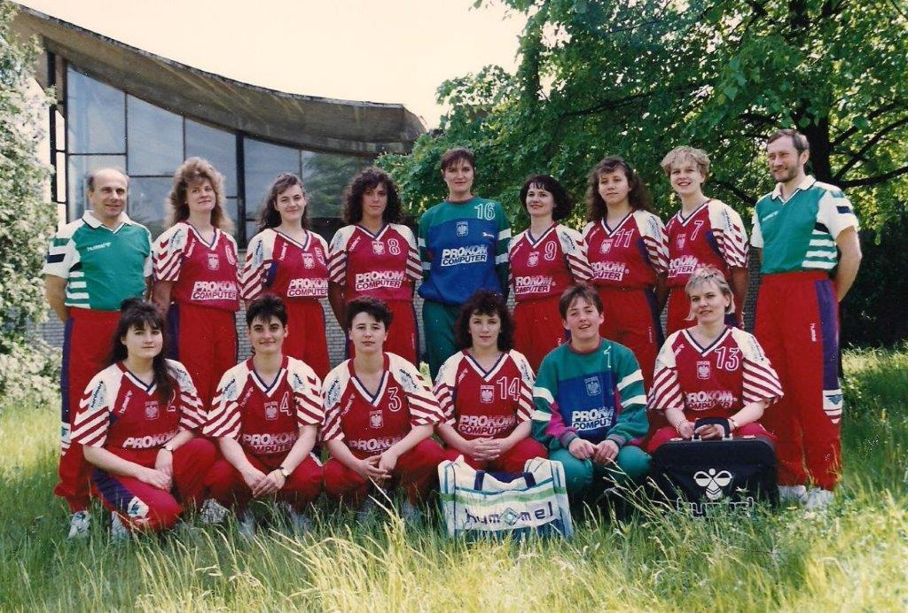Reprezentacja Polski kobiet (1991 rok) Maria Gracjasz druga od prawej w dolnym rzędzie