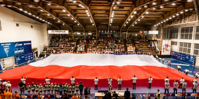 Ogromna biało-czerwona flaga w PGNiG Superlidze
